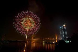 scène de nuit de feux d'artifice multicolore, vue sur la rivière paysage urbain de bangkok, photo
