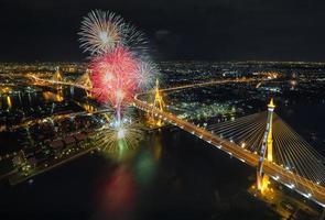 pont de célébration de feu d'artifice photo