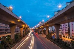 sentiers de lumière de voiture sur l'autoroute photo