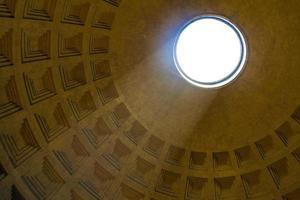 arbre de lumière qui brille à travers l'oculus du panthéon