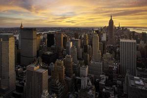 Vue aérienne d'un coucher de soleil coloré sur Manhattan, New York