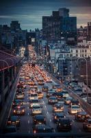 New York City, vue sur la route étroite avec le trafic