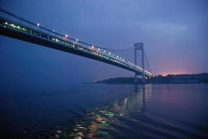 Pont Verranzano-rétrécit de la ville de New York au lever du soleil se reflétant dans l'eau
