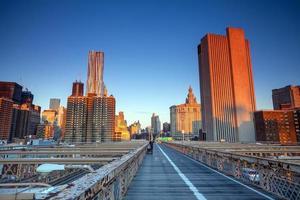 Lower Manhattan à travers le pont de brooklyn au coucher du soleil, new york city
