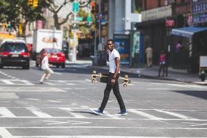 garçon noir, marche, dans ville, tenue, longboard