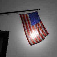 drapeau américain symbole américain sur la ville en noir et blanc photo