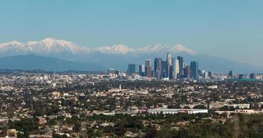 centre-ville de los angeles avec des montagnes enneigées photo