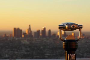 Télescope et vue floue distante de Los Angeles en Californie photo
