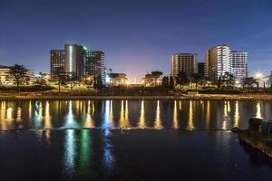 uffici, veduta notturna con riflesso in acqua. photo