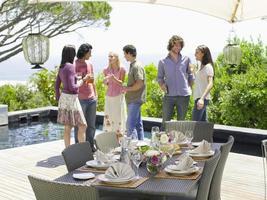 amis, apprécier, boissons, près, fin, table, arrangement photo