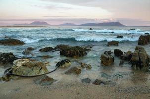 coucher de soleil sur la plage idyllique de kleinmond photo