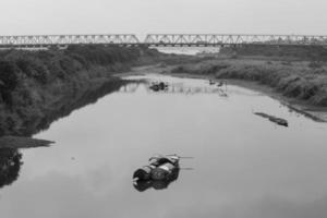 slumdog sont sur la rive de la rivière rouge photo