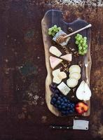 ensemble d'apéritifs pour le vin: sélection de fromages français, nid d'abeille, raisins, pêche et