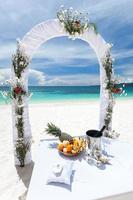 belle arche de mariage sur la plage tropicale photo