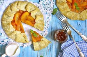 dessert d'automne - galette de kaki à la confiture d'abricot. photo