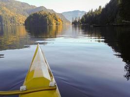 outrigger kayak sur une pagaie paisible du matin photo