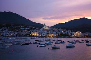 coucher de soleil cadaqués. romantisme en mer méditerranée photo