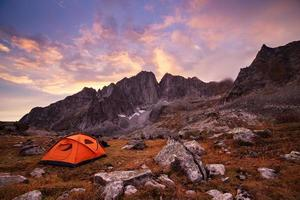 camping touristique à la montagne photo