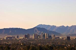 Phoenix, Arizona avec skyline et montagnes photo