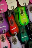 stand avec petites guitares sur la place du marché, san antonio photo