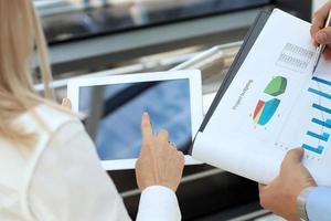 image de partenaires commerciaux discutant des documents et des idées photo