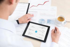 buinessman avec tablette et documents au travail