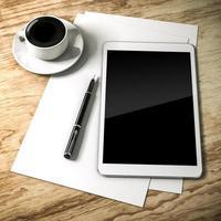 Configuration du lieu de travail 3D avec tablette numérique et documents photo