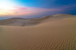 dunes de sable au coucher du soleil à muine, vietnam photo