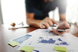 documents d'affaires sur la table de bureau avec téléphone intelligent et numérique