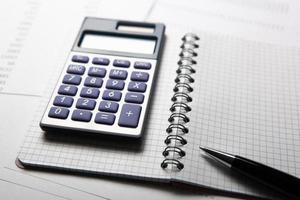 travailler sur la calculatrice et les papiers