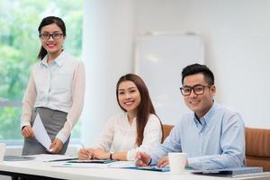 collègues de travail asiatiques photo