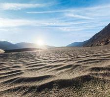 dunes de sable. vallée de la nubra, ladakh, inde photo
