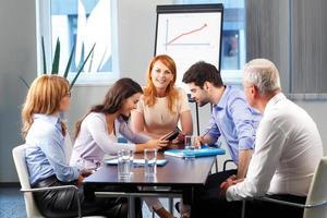gens d'affaires discutant à la réunion
