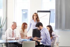 gens d'affaires discutant à la réunion photo