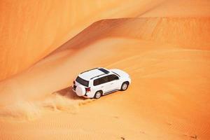 Dune 4x4 dénigrant dans un désert d'Arabie photo