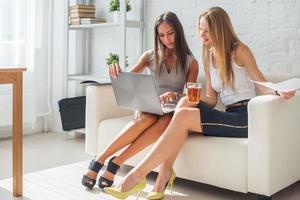deux, femme affaires, amical, discussion, pendant, coupure bureau, utilisation photo