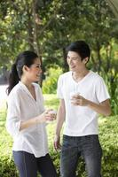 jeune couple chinois se détendre ensemble. photo