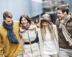 heureux jeunes amis marcher ensemble à l'extérieur photo