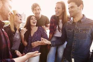 groupe de personnes passant du temps joyeux ensemble