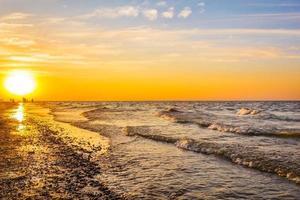 coucher de soleil pittoresque sur la plage photo