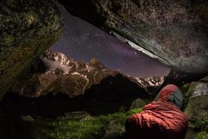 bivouac alpin, sac de couchage avec bassin glaciaire charpua photo