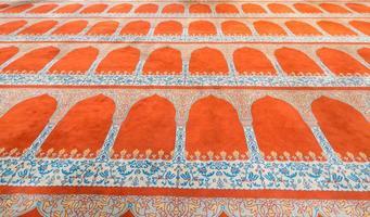 Vue en perspective du tapis à l'intérieur de la mosquée bleue, Istanbul photo