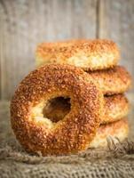 simit, un bagel rond traditionnel turc aux graines de sésame photo