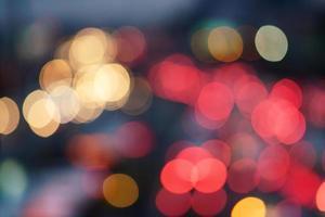 image défocalisée du trafic de nuit