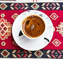 tasse de café sur la nappe turque traditionnelle photo