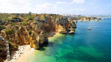 Vue aérienne de roches naturelles près de lagos au portugal photo