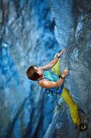 grimpeur escalade une falaise photo
