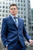 bel homme d'affaires posant à l'extérieur photo