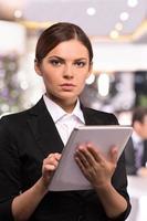 femme d'affaires avec tablette numérique. photo