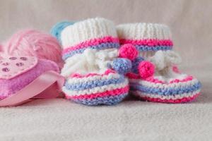 chaussons pour enfants sur fond de feutre doux photo